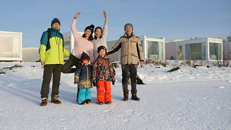 Shanghailaismatkailijat poseerasivat Kemin lumilinnan lähistöllä tammikuun lopulla