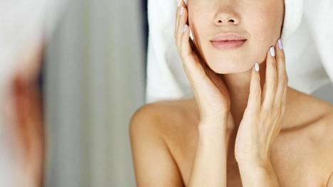 Jos ihosi tuntuu kuivalta, nuupahtaneelta, harmaalta tai muuten vain jotakin muutakin kuin tavallisia seerumiasi ja kasvovoidettasi vaativalta, kokeile hoitovettä.