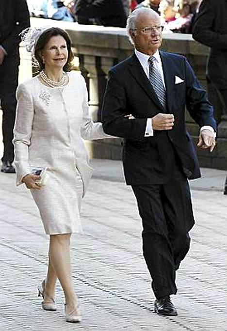 Ruotsin kuningaspari Silvia ja Kaarle Kustaa matkustivat juhlallisuuksiin junalla.