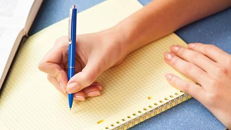 Kirjeen kirjoittajana voi olla joko nykyhetken minä tai se lapsi, joka olet joskus ollut.