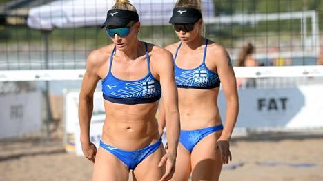Riikka Lehtonen (vas) ja Niina Ahtiainen beach volleyn SM-kiertueen viimeisessä osakilpailussa naisten finaalipelissä Hietaniemen uimarannalla Helsingissä elokuussa 2020.