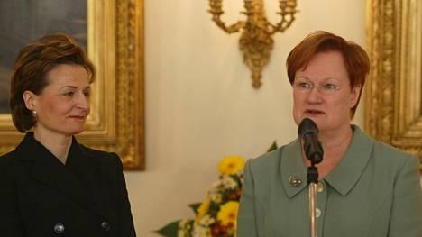 Presidentti Tarja Halonen ja Anneli Jäätteenmäki kuvattuna vuoden 2003 hallitusneuvottelujen aikana.