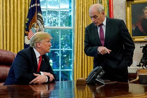 Trump ja Kelly kuvattunua Oval Officessa viime lokakuussa.