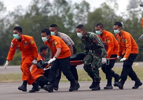 Indonesian ilmavoimien miehet kantoivat paareja perjantaina Borneolla.