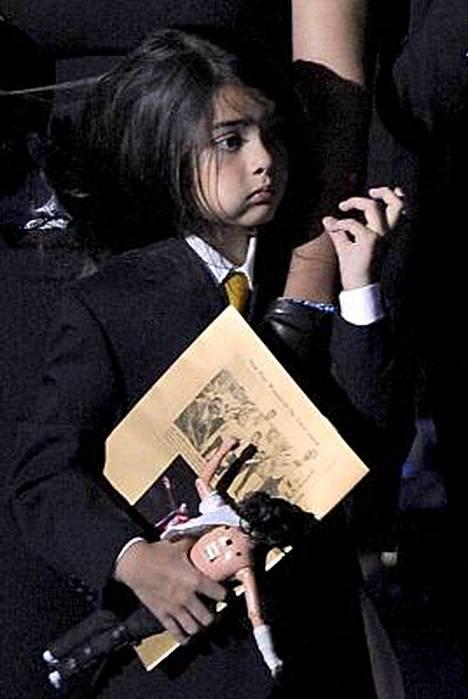 Jackson-nukkea rutistanut Blanket ihmetteli, minne hänen isänsä on mennyt.