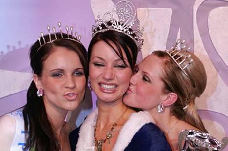Miss Suomi Noora Hautakangas itki onnesta. Ensimmäinen perintöprinsessa on Jenni Laaksola ja toinen perintöprinsessa Joanna Väre.