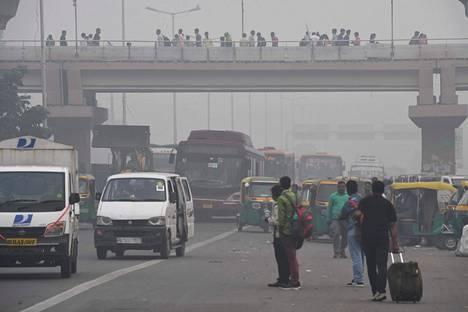 Ihmisiä New Delhin kaduilla maanantaina.