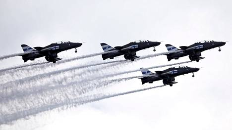 Tältä näytti Kaivopuiston taivas puolustusvoimien 100-vuotisjuhlassa.