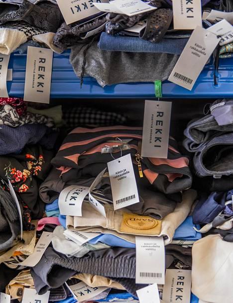 Ympäristön kannalta olisi parasta, jos ihminen ostaisi vaatteen tarpeeseen, korjaisi sitä, pesisi harkiten matalassa lämpötilassa ja käyttäisi, kunnes vaate lakoaa päältä.