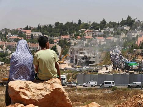 Palestiinalaiset seuraavat asuinrakennusten purkutöitä Länsirannalla sijaitsevassa Beit Elin siirtokunnassa.