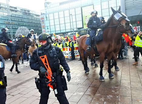 Narinkkatorille saapui ratsupoliiseja rauhoittamaan tilannetta.