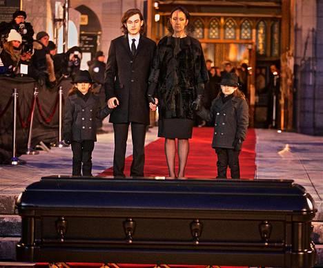 Perhe isän arkun äärellä Notre Damen kirkossa Montrealissa tammikuussa 2016.