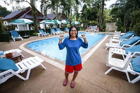 Kuvien välillä on kymmenen vuotta. Tropiikki on kasvanut Cousin resortin ympärille ja peittänyt tsunamin jäljet.