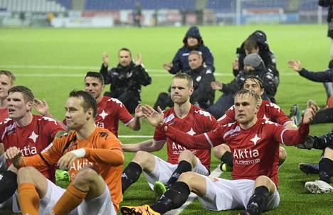 HIFK:n pelaajat kiittämässä kannattajiaan ottelun jälkeen.