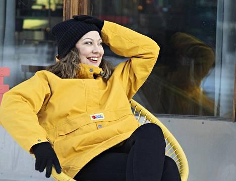 Kirjailija Suvi Ratinen on tietoisesti opetellut rennompaa suhtautumista rahaan.