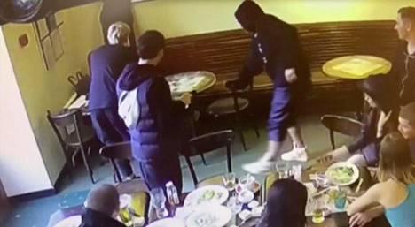 Valvontakameratallenteelta näkyi, kuinka mustaan huppariin pukeutunut mies löi moskovalaisen kahvilan asiakasta tuolilla päähän. Myöhemmin tekijäksi paljastui Zenitin hyökkääjä Aleksandr Kokorin. Hän on myöntänyt syyllistyneensä tekoon.