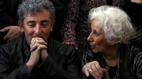 Guido Montoya Carlotto, 36, ja Estela de Carlotto esiintyivät liikuttuneina Buenos Airesissa.