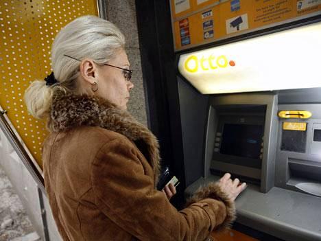 Arkistokuva käteisnostosta Otto-automaatilla Helsingissä. Kuvan henkilö ei liity uutiseen.