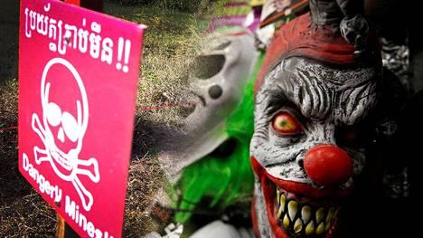 Maamiinoja Kambodzassa edelleen runsaasti 1970-80 lukujen sotien jäljiltä. Kuvassa newyorkilaisessa liikkeessä myynnissä olevia klovniaiheisia halloween-naamareita. Kuvituskuva.