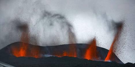Eyjafjallan tulivuoren ilmakehään nostattama tuhka rajoittaa lentoliikennettä koko Pohjois-Euroopassa.