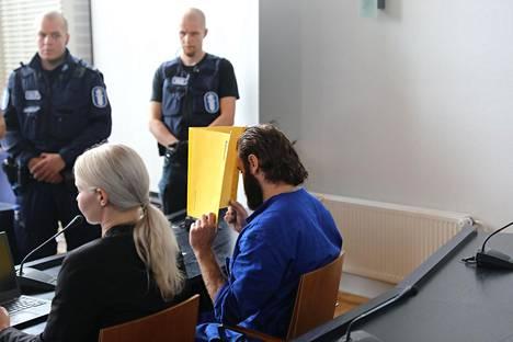 Raymond Granholm peitti ensin kasvonsa oikeudessa.