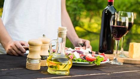 Kasvikset ja öljy kuuluvat välimerelliseen ruokavalioon. Varsinkin rypsi- ja rapsiöljyssä on kahta elimistölle välttämätöntä rasvahappoa.