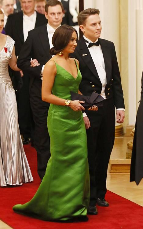Hillitty siluetti ja puvun malli ja vahva vihreä väri loivat upean kokonaisuuden.
