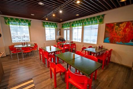 Eero Aarnion suunnittelemat tuolit piristävät baarin sisustusta.