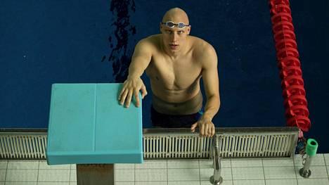 Uimari Matti Mattsson kuvattuna harjoittelemassa Mäkelänrinteen uimahallissa maaliskuussa 2019.