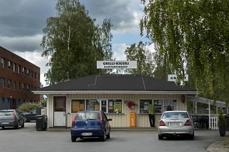 Lapuan Härsiläntiellä sijaitsevalla grillikioskilla ramppasi sunnuntaina tavallista enemmän porukkaa lottopotin vuoksi.