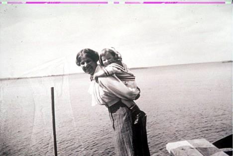 Vaimo Anni ja poika Tom Simberg. Hugo Simbergin perhe-elämä jäi lyhyeksi mutta oli onnellinen.