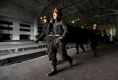 Pelastustyöntekijät auttoivat kaivosonnettomuuden uhreja.