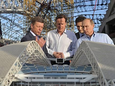 Venäjän varapääministeri Dmitri Kozak (vas.), Britannian pääministeri David Cameron (toinen vas.) ja Venäjän pääministeri Vladimir Putin (oik.) vierailivat olympialaisten pitopaikalla toukokuussa.