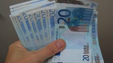 Euro otettiin käyttöön tilivaluuttana 1999 ja käteisenä se on ollut käytössä vuodesta 2002 alkaen.