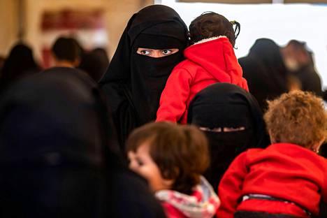 Al-Holin leiriä ylläpitävä kurdihallinto ei salli, että äidit ja lapset erotetaan toisistaan. Se ei ollut ulkoministeriönkään näkemyksen mukaan mahdollista.