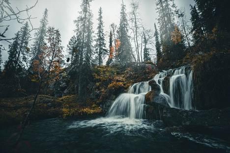 Kullaojan vesiputousta kehutaan yhdeksi Lapin kauneimmista pienistä vesiputouksista.
