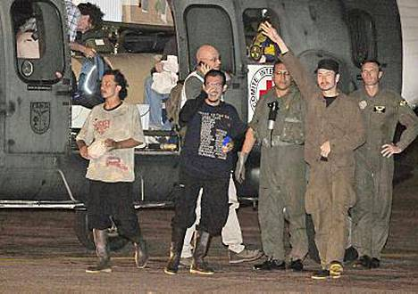 Vihdoinkin kotiin! Panttivangit iloitsivat vapaudestaan Villavivencion lentokentällä.