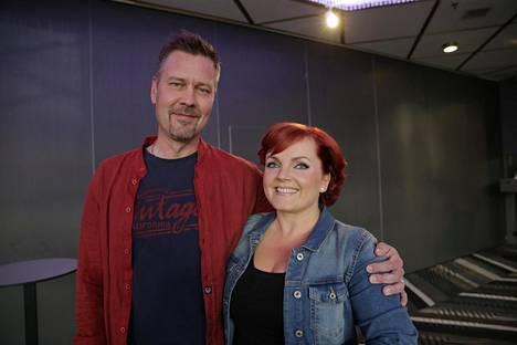Säädyttömät-yhtyeen solistit Antti Paavilainen ja Nina Tapio.