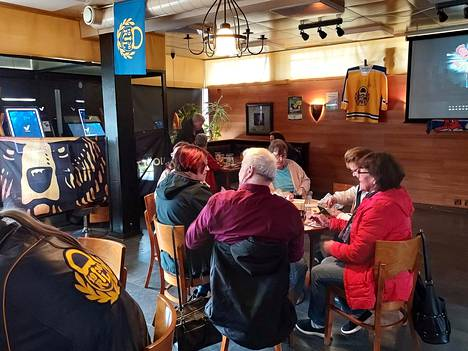 Aivan jäähallin vieressä sijaitsevassa ravintola Pikku Matamissa finaalien välipäivän bingoa pelataan Lukko-rekvisiitan keskellä.
