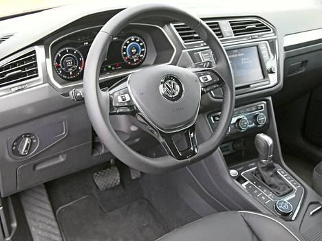 Ohjaamoilme on niin nyky-VW:tä kuin vain olla ja voi. Materiaalien laadukkuus ja ergonomia kuuluvat selkeisiin valttipuoliin, tietynlainen yliasiallisuus taas siihen toiseen koriin.