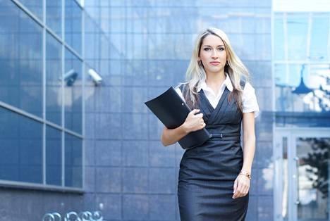 Naisia ei pidä työelämässä arvoida hiusten värin mukaan.