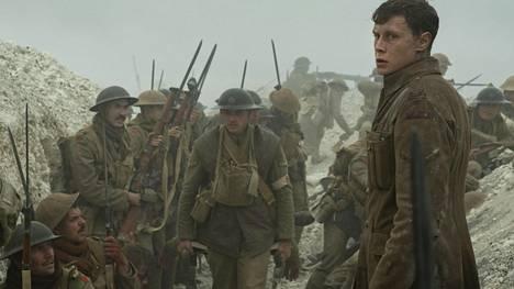 George MacKay näyttelee sotadraaman Taistelulähetit – 1917 toista päähenkilöä Schofieldiä. Elokuva näyttää siltä kuin se olisi kuvattu yhdellä yhtäjaksoisella otoksella.