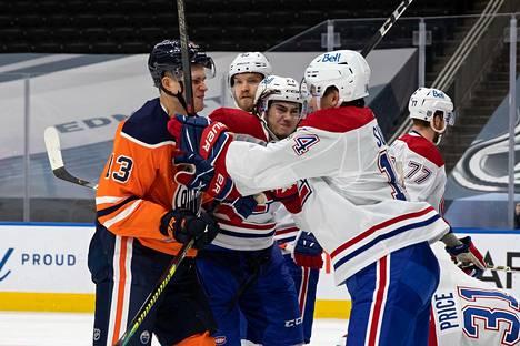 Jesse Puljujärvi (vas.) ei anna kaukalossa nyt tuumaakaan periksi. Edellisottelusssa sen saivat tuntea nahoissaan myös Montrealin pelaajat.