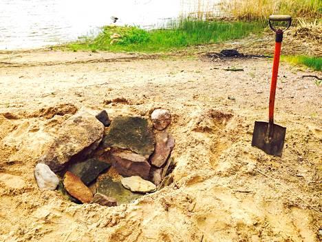 Vuoraa kaivettu kuoppa kivillä. Reunat on syytä tehdä hyvin, etteivät ne lähde sortumaan.