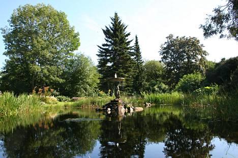 Koulupuutarhan Alapuistossa on suihkulähde kalalammikkoineen.