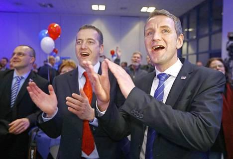Björn Höcke (oikealla) riemuitsi AfD:n vaalivalvojaisissa.