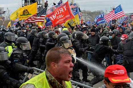Washingtonin Capitol-kukkulalle puhkesi loppiaisena kaaos, kun Donald Trumpin kannattajat tunkeutuivat alueelle joukolla.
