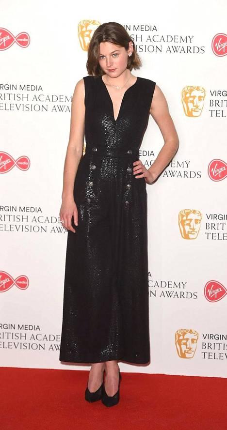 Emmalla on tapana kääntää päät punaisella matolla etenkin mustilla mekkotyyleillään. Pitkä leninki on ajaton klassikko eikä tarvitse kaverikseen kuin vähäeleiset korkkarit. Vieläkö ihmettelet, miksi muotilehdet kohisevat Corrinista?