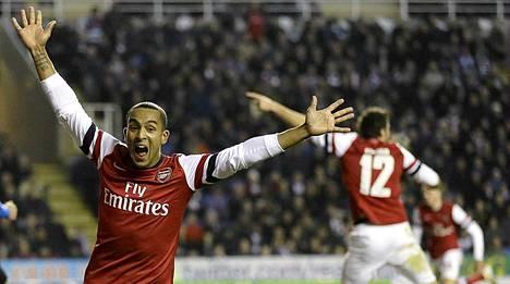 Theo Walcott (vas.) heilutti tahtipuikkoa Arsenalin sensaatiokirissä.