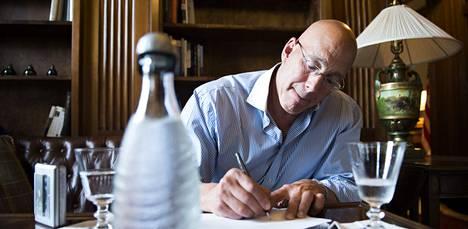 Bruce Oreck kirjoittaa nimikirjoitustaan.